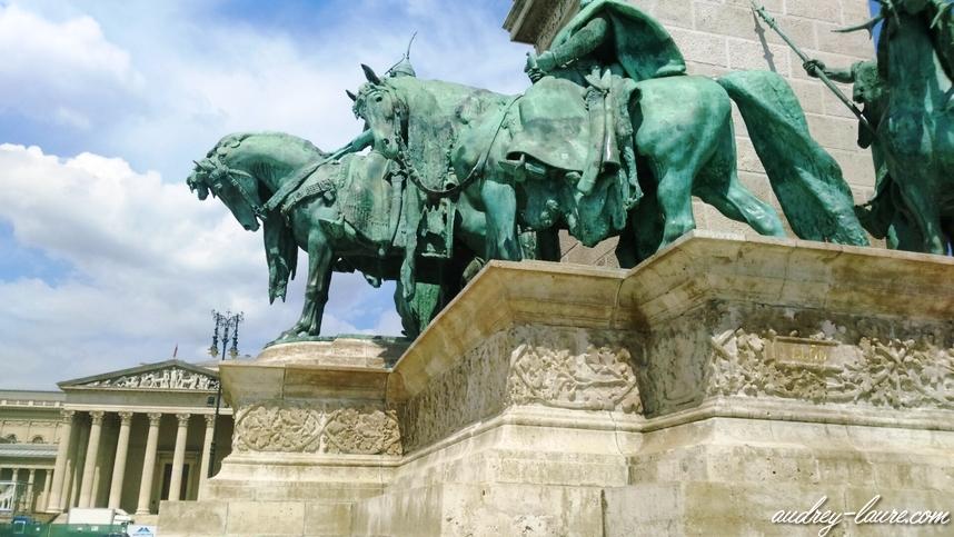 place des héros statues