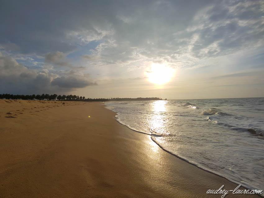 Coucher de soleil sur la plage paradisiaque de Kalpitiya au Sri Lanka