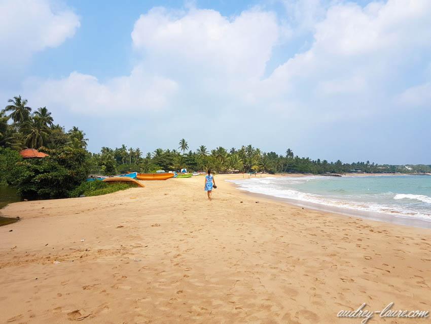 Voyageuse seule sur la plage de Tangalle au Sri Lanka