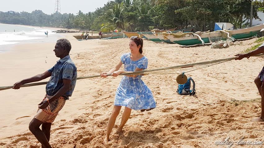 Pêcheurs remontant un filet depuis l'Océan Indien - Sri Lanka - blog voyage