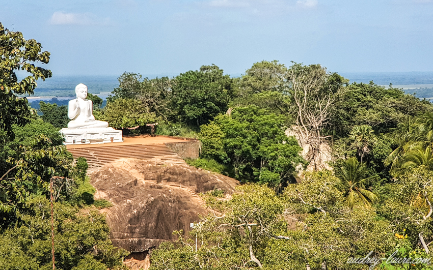 Mihintale, Sri Lanka - statue géante de Bouddha blanche