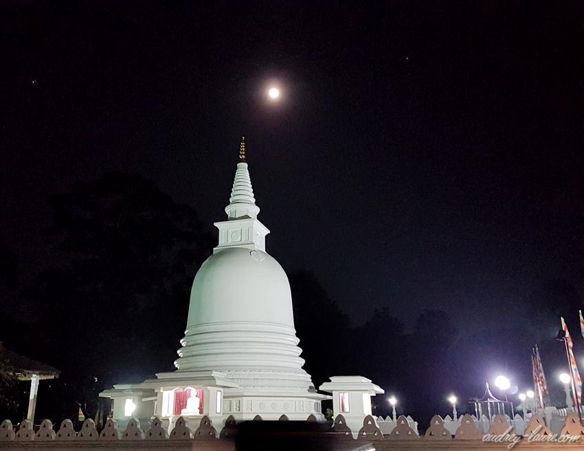 Dagoba un soir de pleine Lune -  Voyage au Sri Lanka - ambiance nocturne