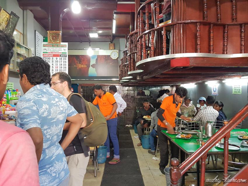 Voyage au Sri Lanka - ambiance nocturne et locale dans un restaurant - Nuwara Eliya