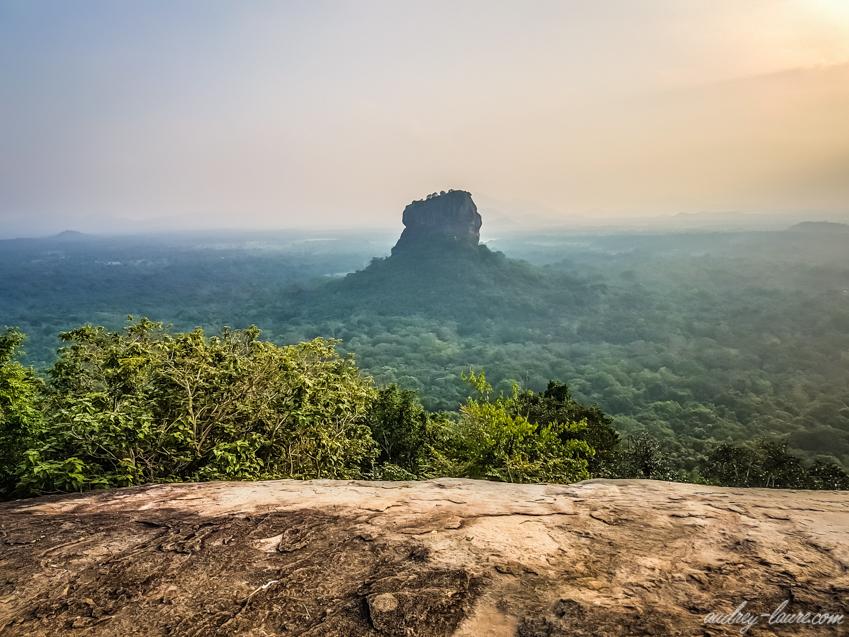 Le Rocher du Lion de Sigiriya depuis Pirudangala