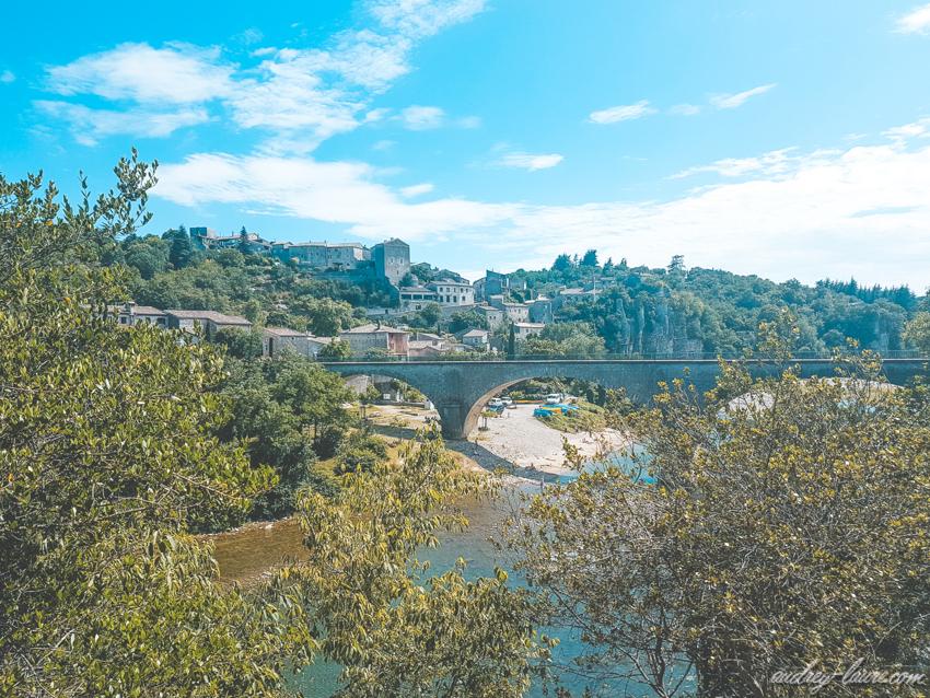 Tourisme en Ardèche-pont en arc au-dessus de la rivière
