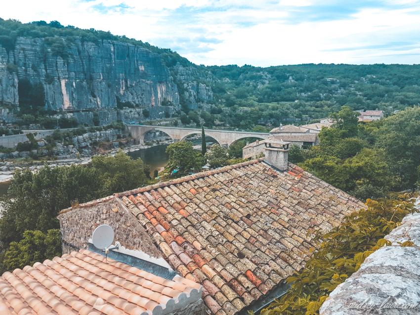 Balazuc - Tourisme en Ardèche - village labellisé - joli pont avec des arches