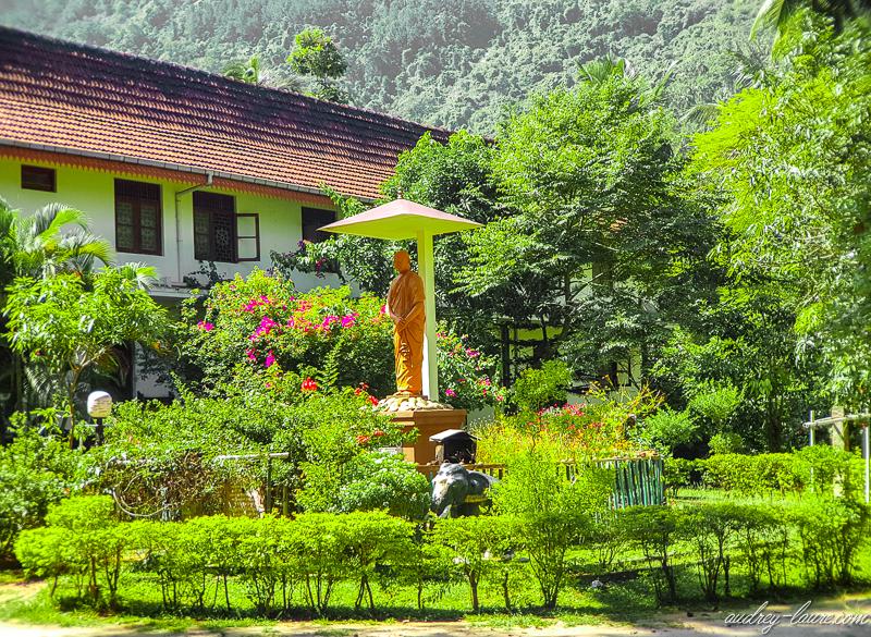 Sri Lanka : le temple bouddhiste d'Aluvihara et ses grottes troglodytes