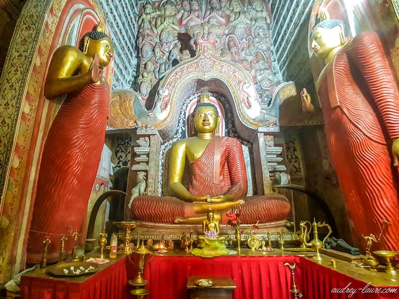 Blog-voyage-Sri-Lanka-Lankathilaka-temple-bouddhiste-fleurs-de-lotus-visite--sur-